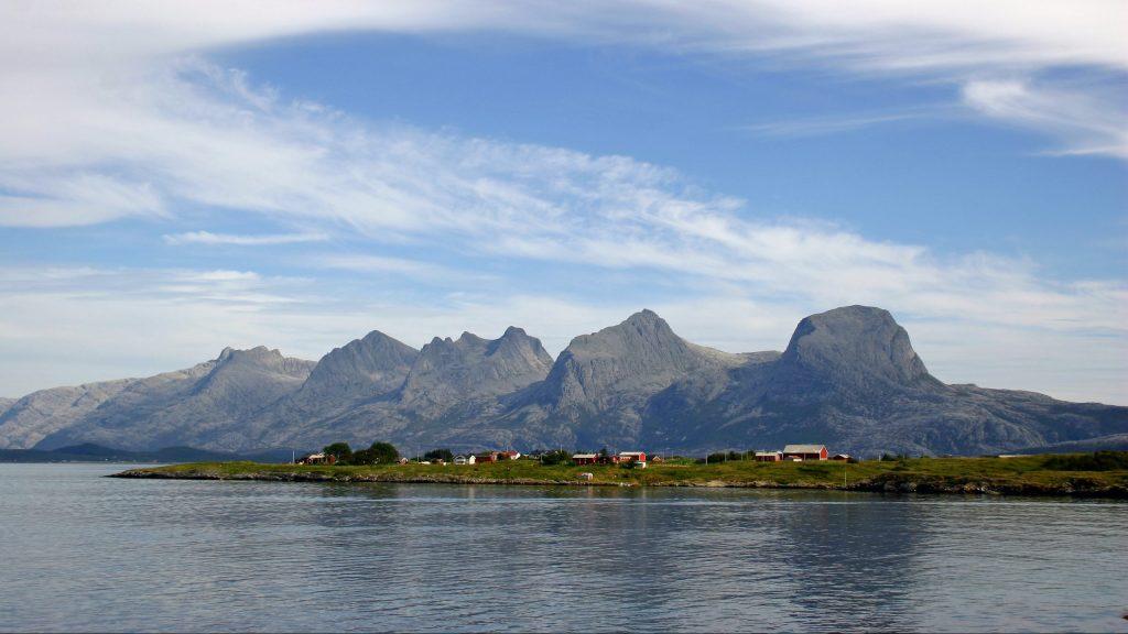 Fjellkjeden De syv søstre over havet, sett fra Herøy en sommerdag
