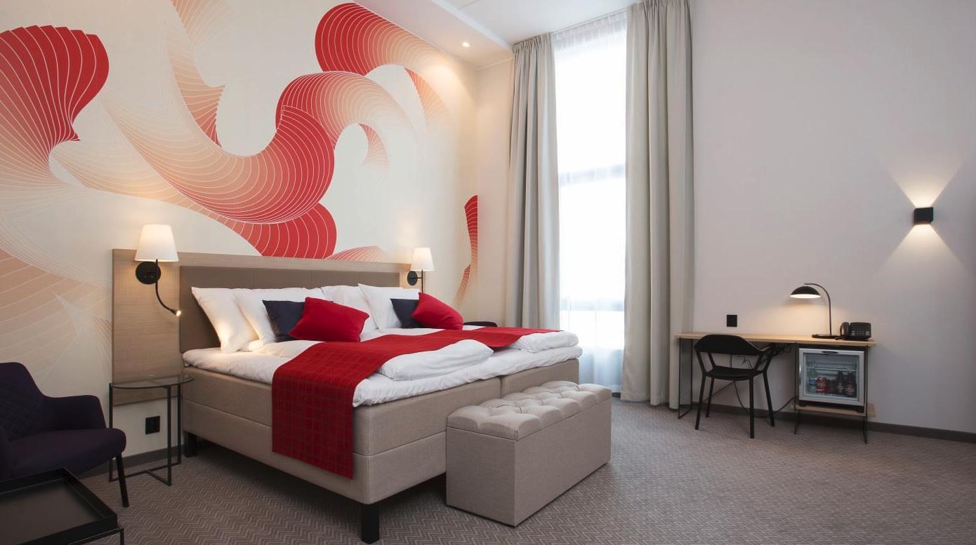 Hotellrom med senger og skinnstoler