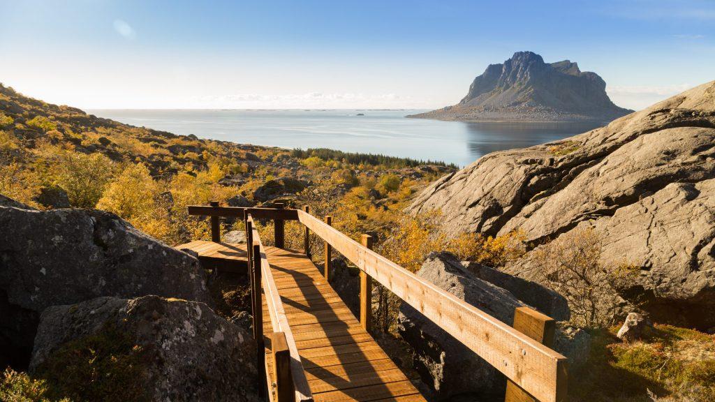 Vegatrappa med utsikt mot øya Søla