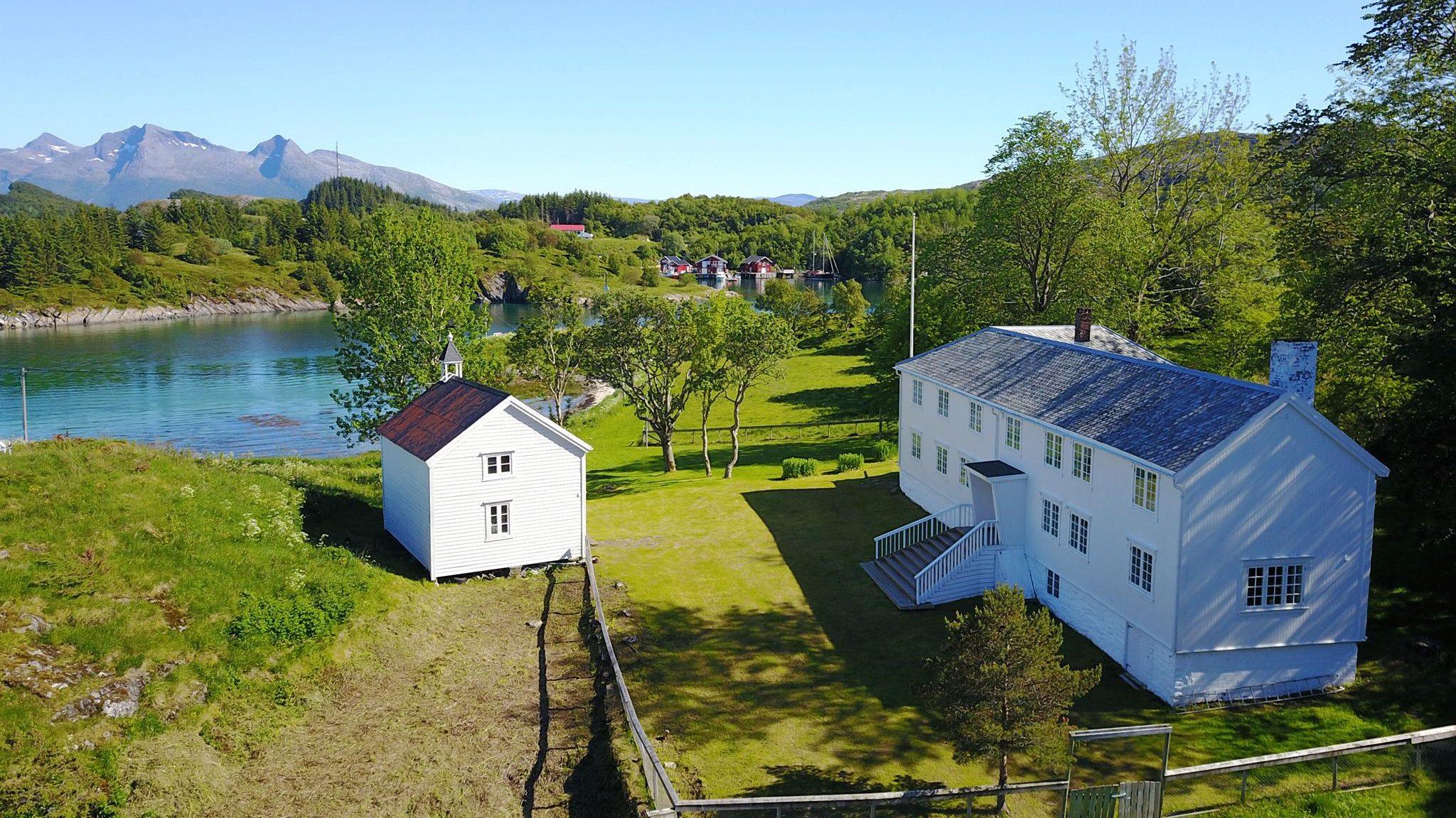 Røssøygården. Hvite bygninger med hage rundt.