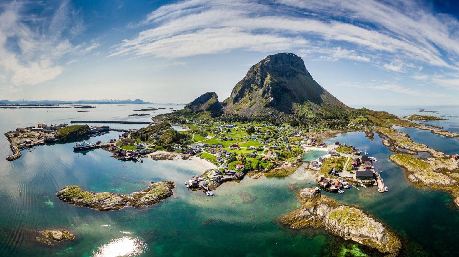 Dronebilde med utvidet fokus og Lovund i sentrum med Helgelands øyer omkring
