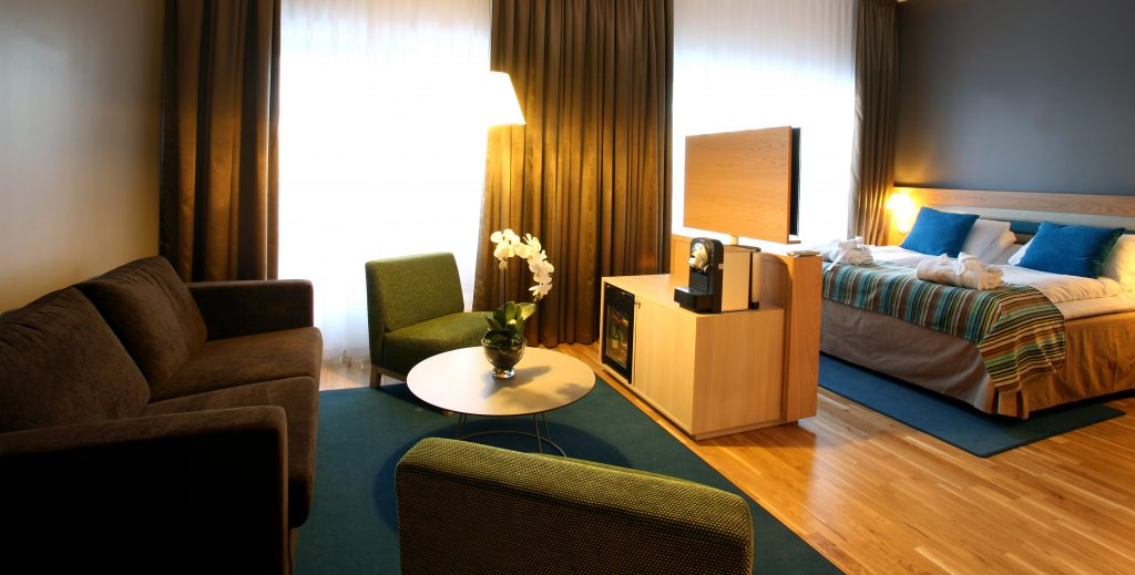 Bilde fra ett av de store fargerike rommene på Thon Hotel Brønnøysund