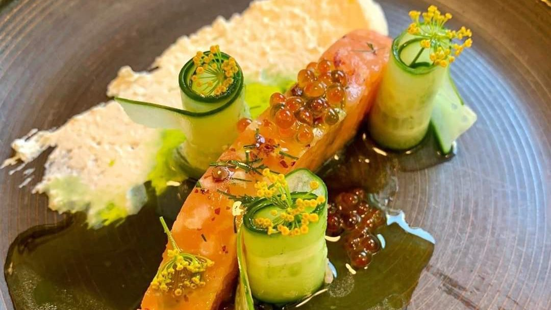 Strandrestauranten har pyntet fisken med fargerikt tilbehør