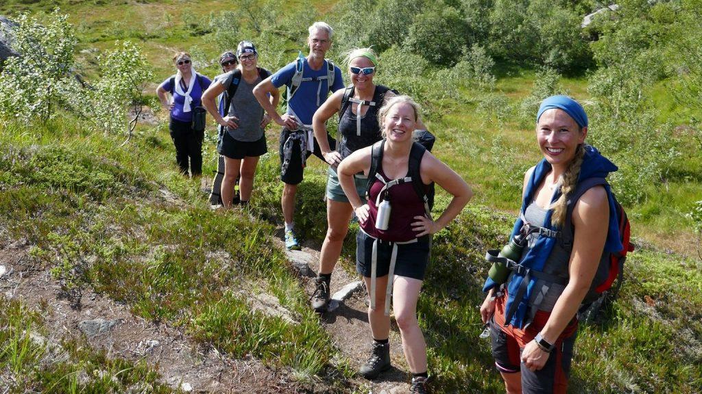 Glad gjeng på sti i fjellet om sommeren i fint vær
