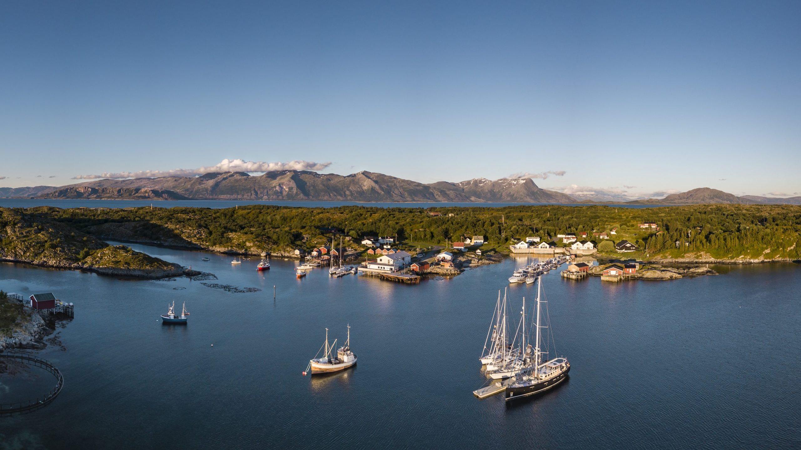 3 båter i kveldssol på Helgelandskysten