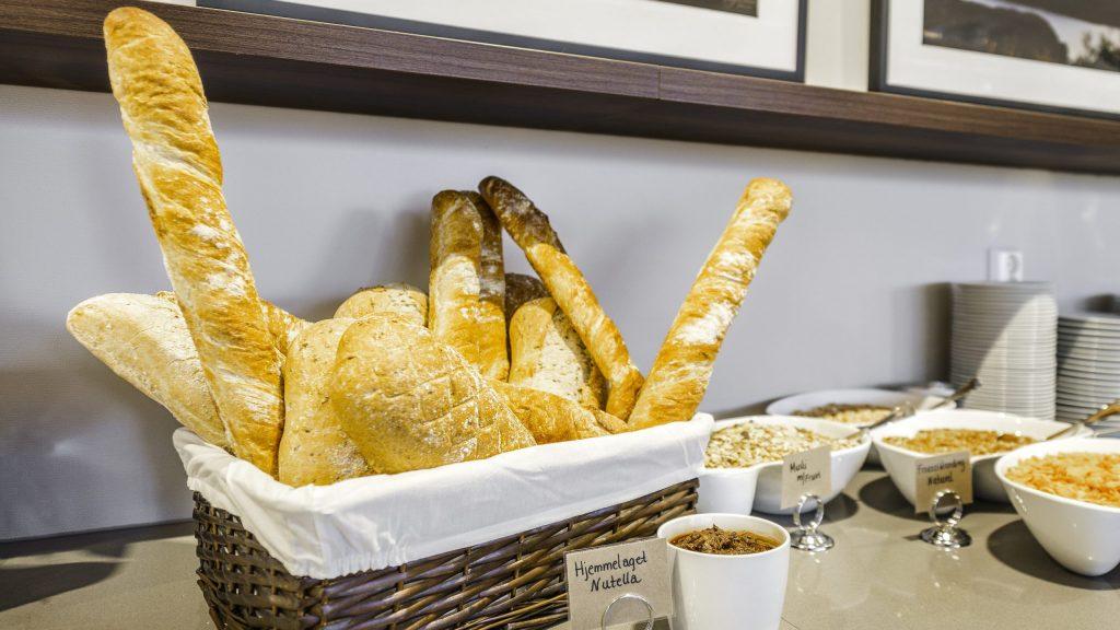 Kurv med variert brød og skåler med kornblandinger
