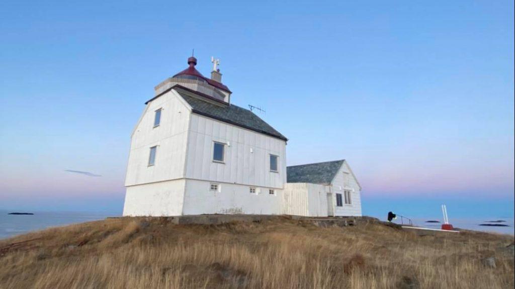 Karlsholmen Fyr, hvitt bygg med pastellfarget himmel