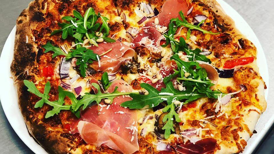Pizza med spekeskinke og ruccula