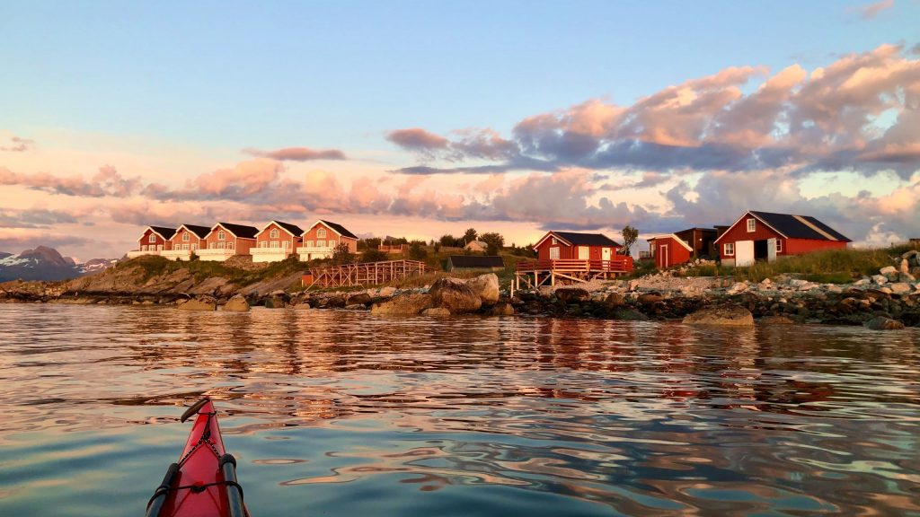 Kvarøy Sjøhus sett fra kajakk i kveldssol