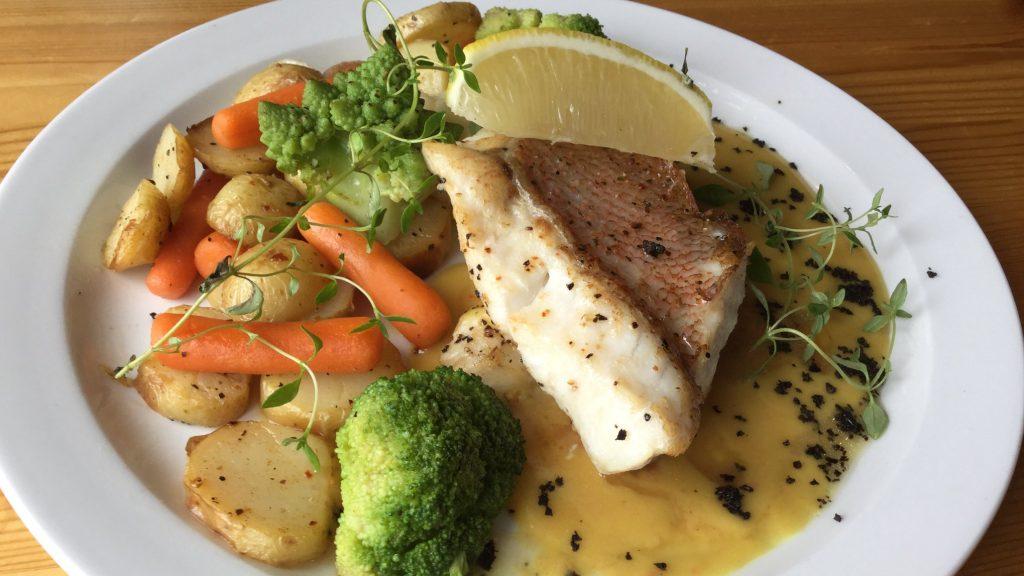 Middagstallerken med fisk, grønnsaker, potet og saus