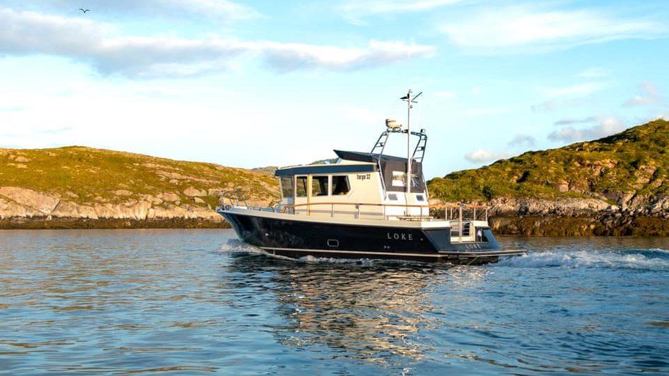 Skyssbåten Loke på stille vann