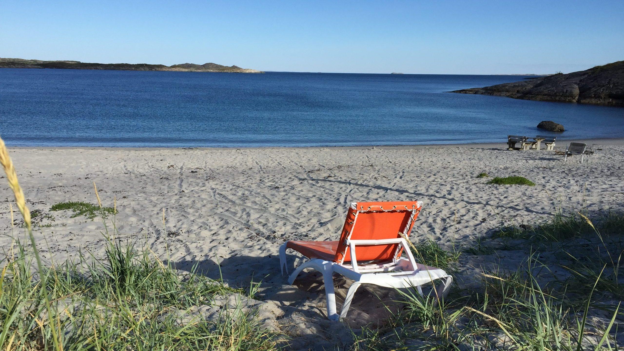 Solseng på sandstrand på Rødøy