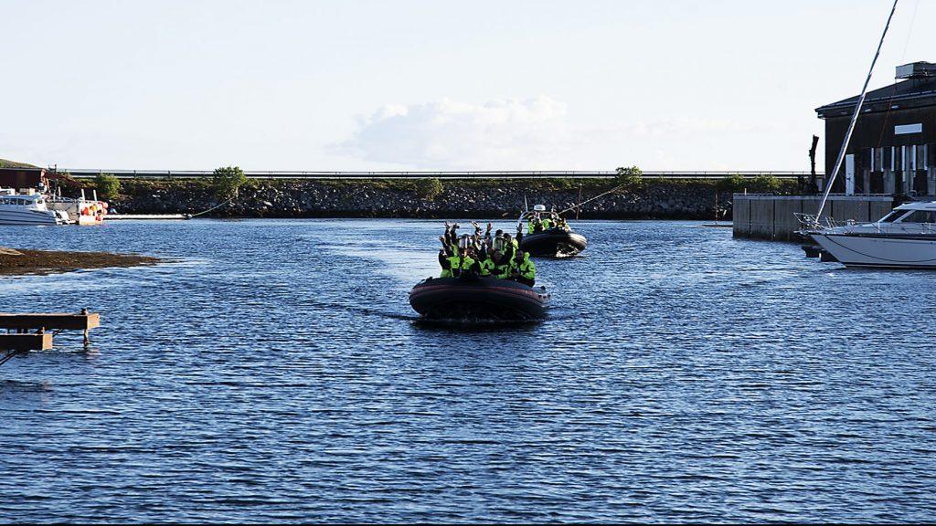 Gruppe i to Rib-båter på tur inn havna på Støtt