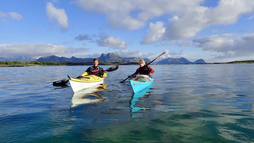 To kajakkpadlere på blankstille hav
