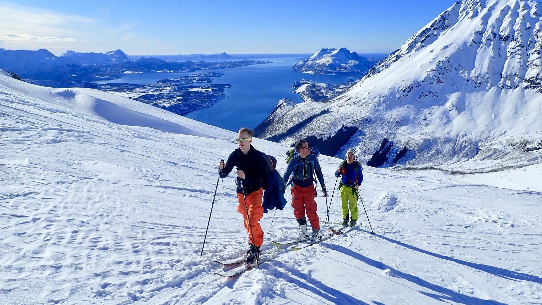 Tre skigåere på topptur i klarvær