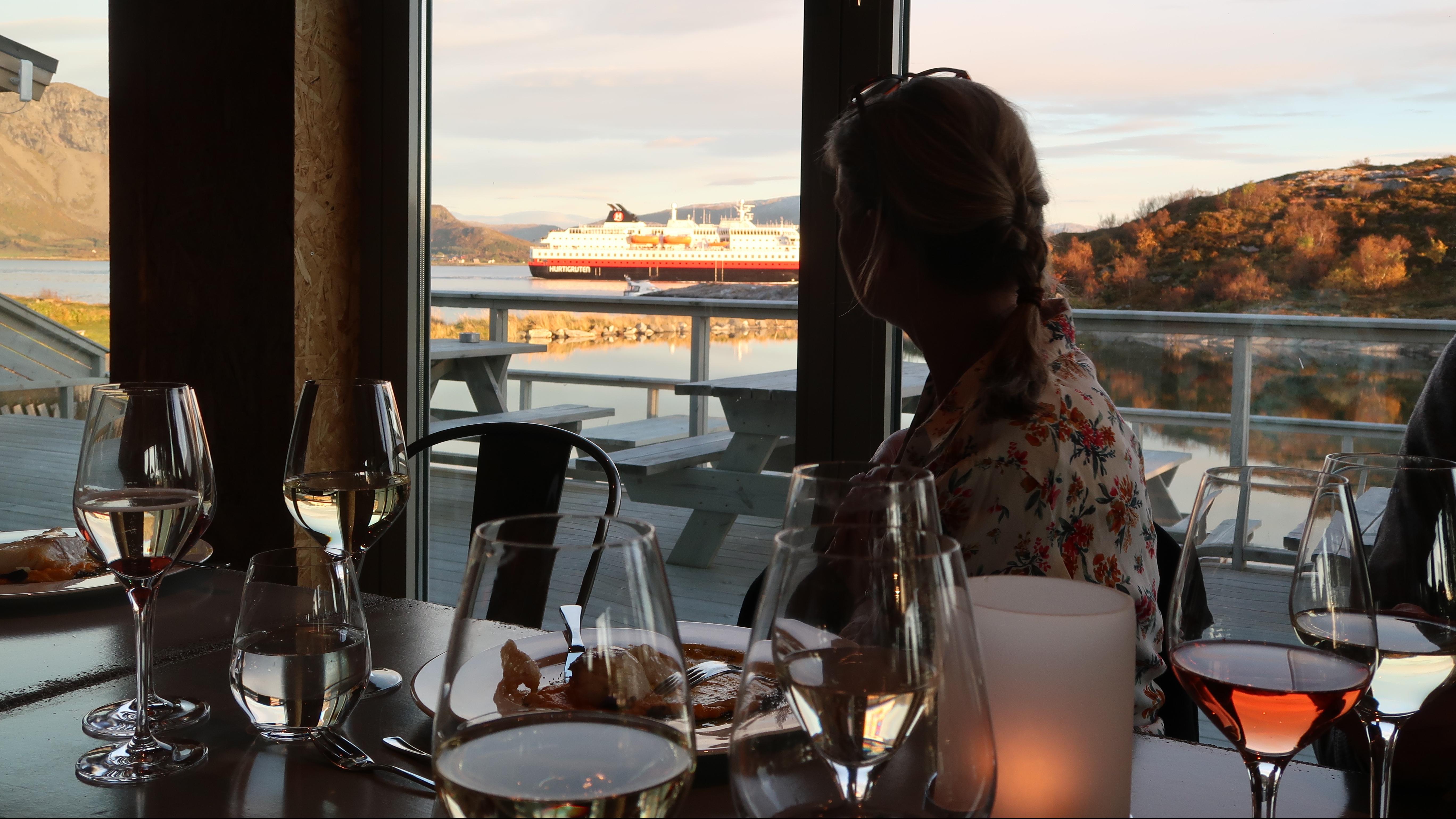 Torghatten Strandrestaurant med Hurtigruta som passerer