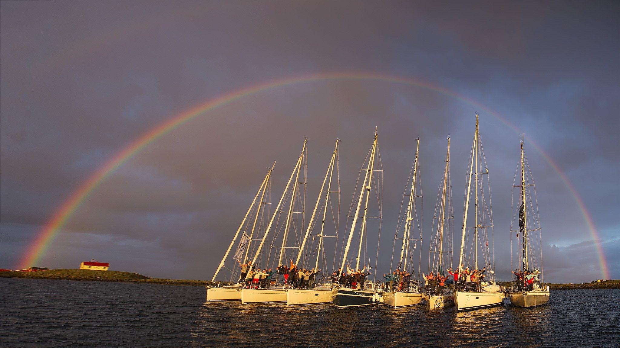 7 seilbåter under regnbuen på Helgelandskysten