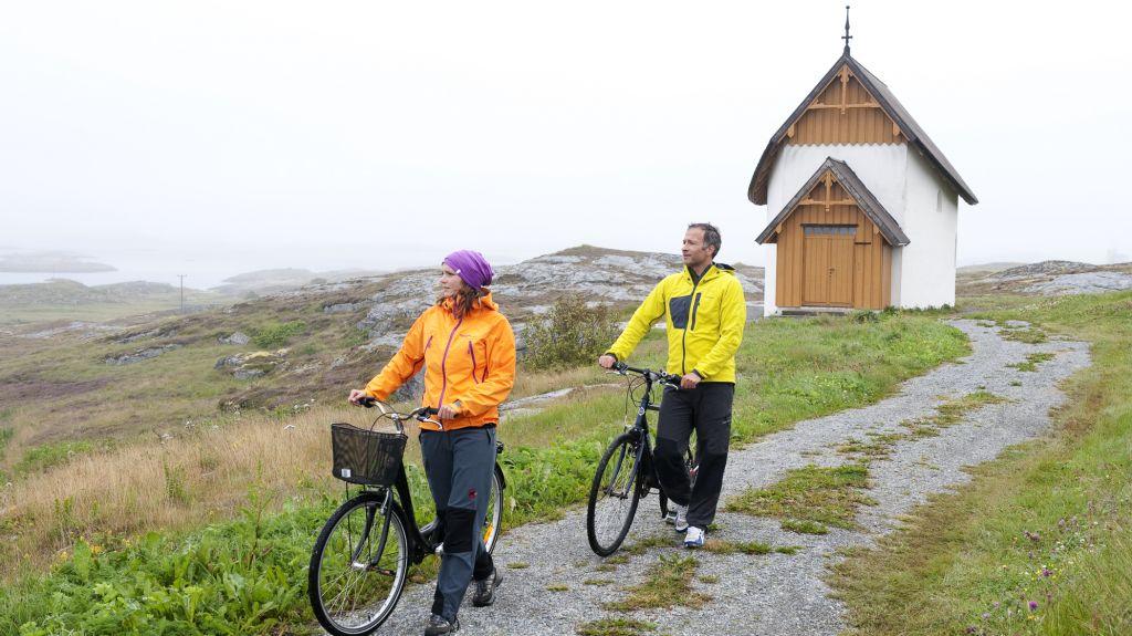 På sykkeltur til Petter Dass-kapellet på Træna