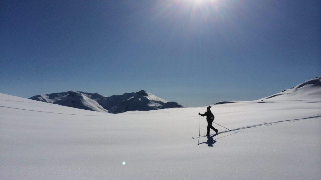 Skigåer i urørt snø på fjellet