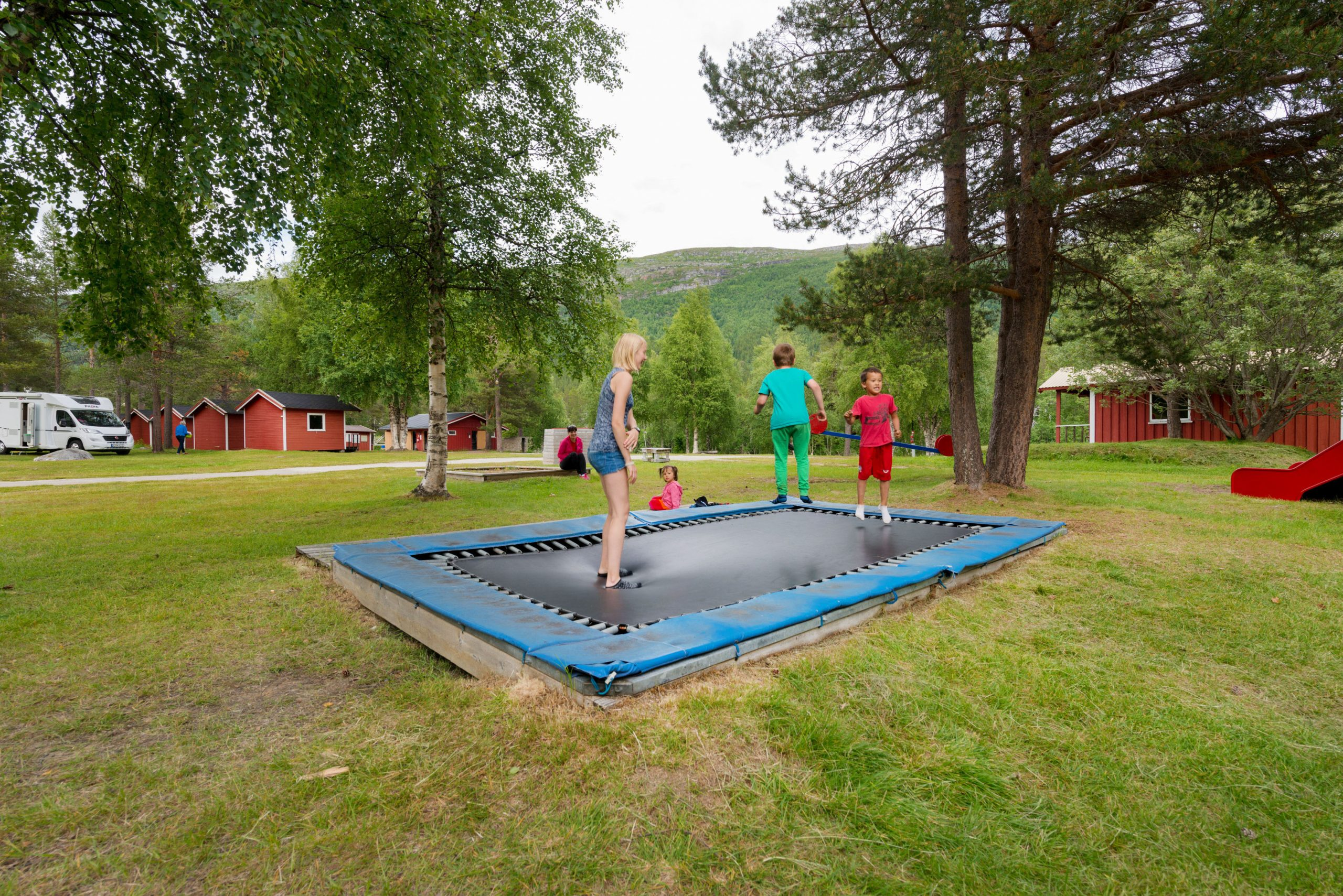 Barn som leker på trampoline
