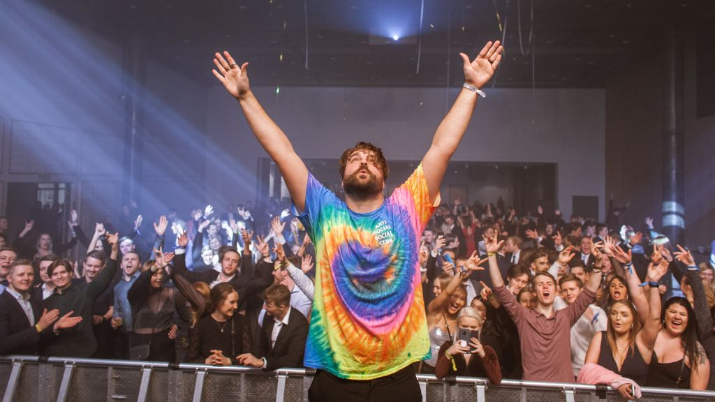 CLMD på scenen med publikum i bakgrunn
