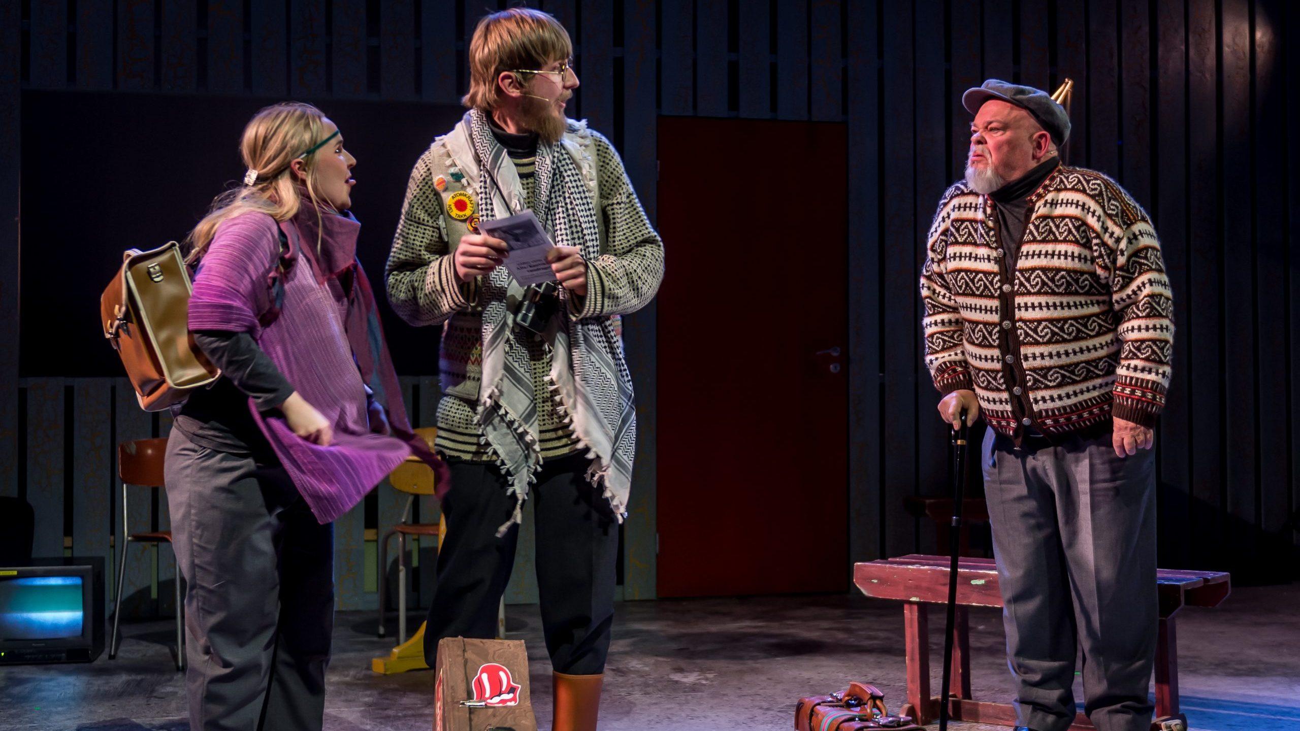 Tre skuespillere på scenen i forestillingen Ei hand å holde i