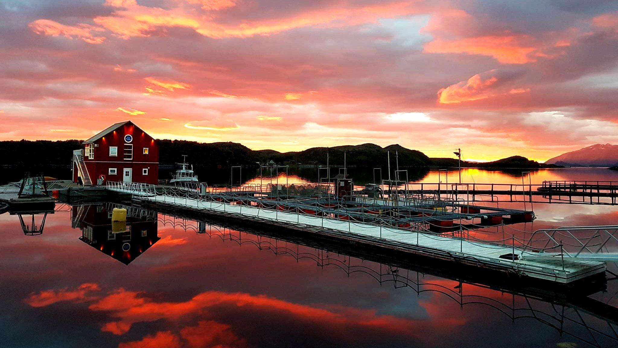 Norsk Havbrukssenter-kveldssol ved merdene