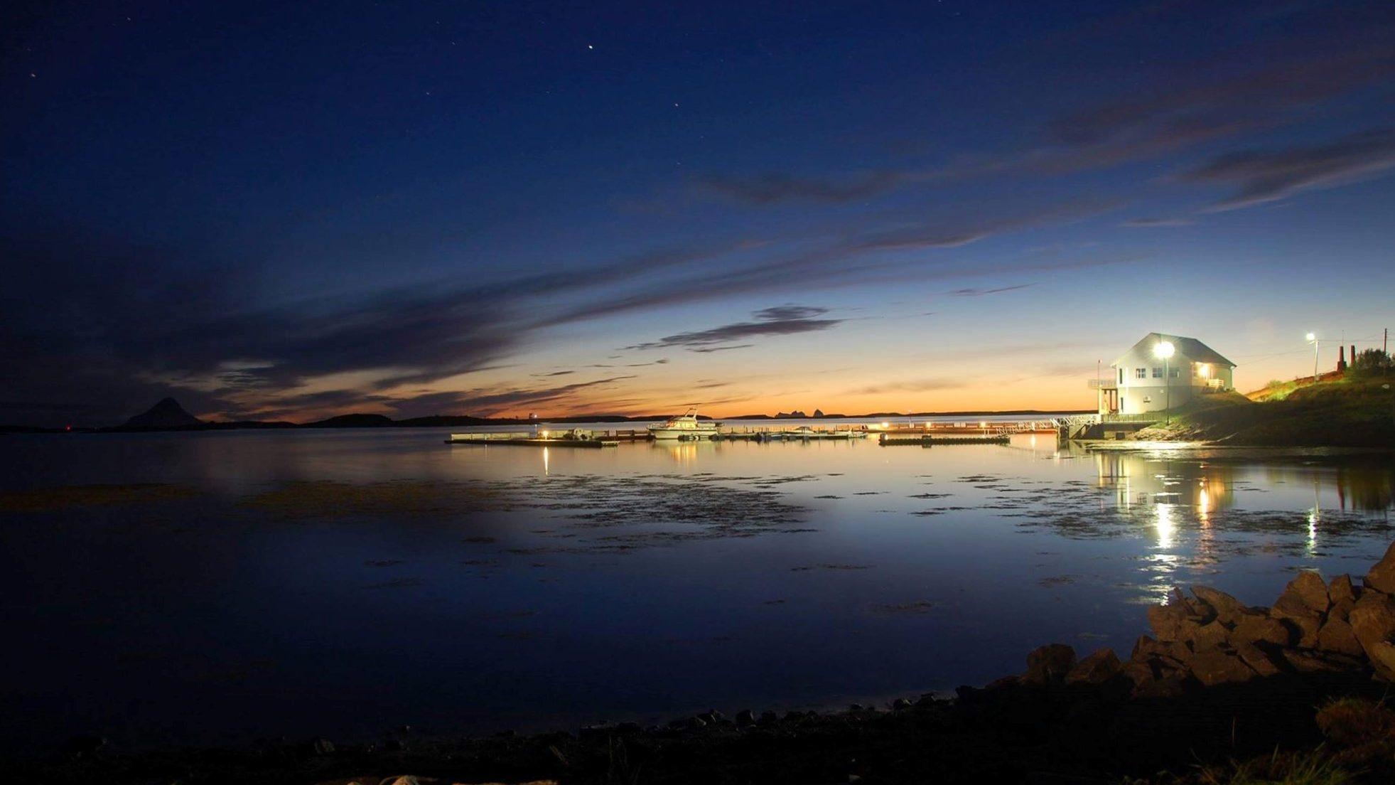 Torshavn og båthavna i kveldslys