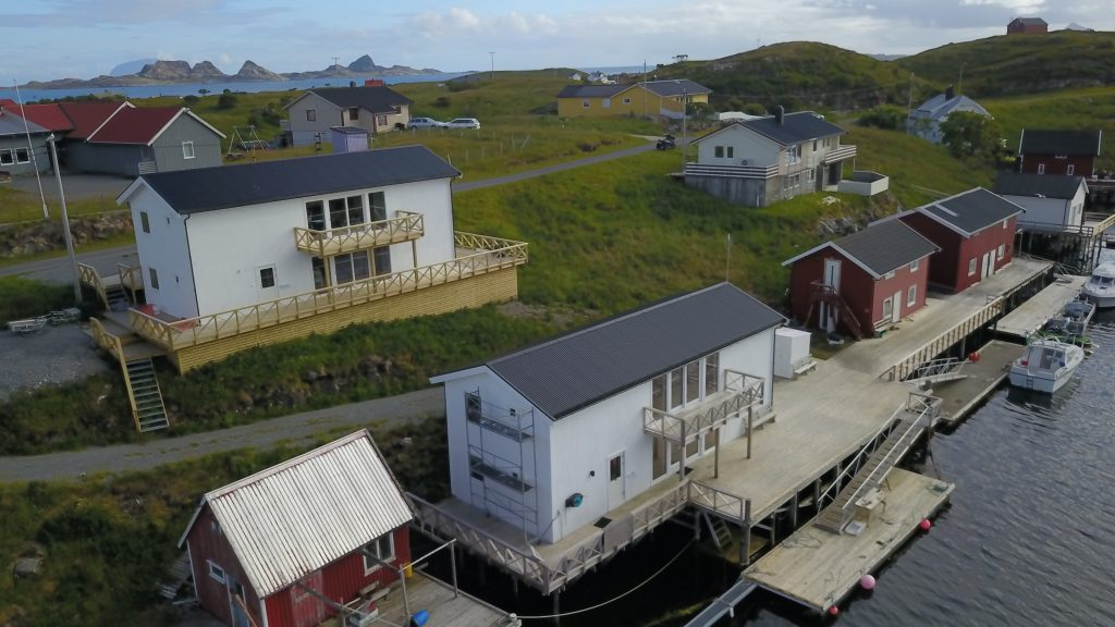 Brygghusene ved Træna Arctic Fishing sett fra lufta