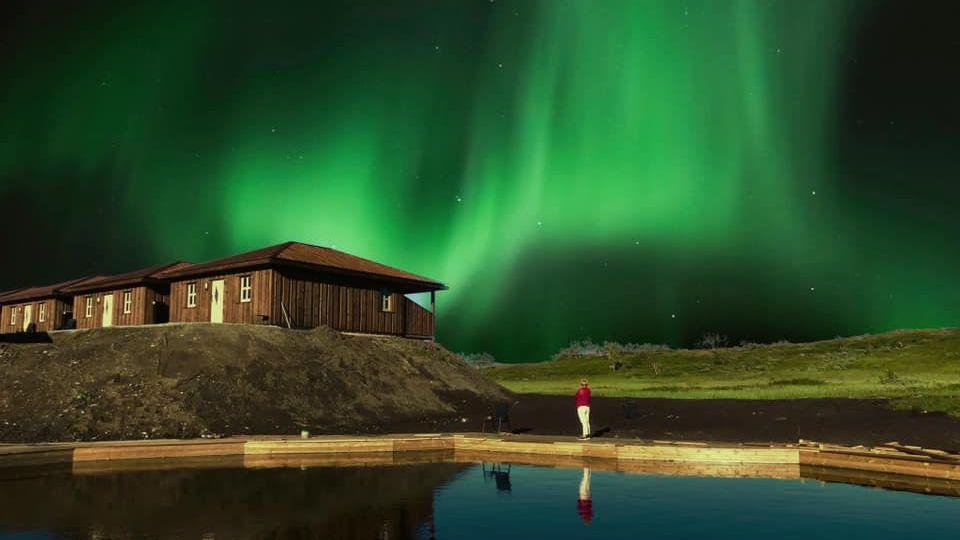 Nordslys over hyttene til Korgfjellet Fjellstue
