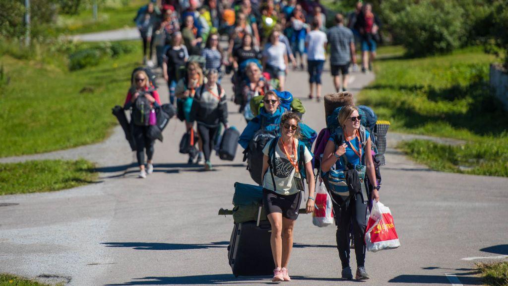 Folk som ankommer Træna bærende på bagasje
