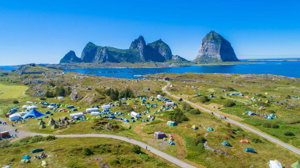 Oversiktsbilde over campområde fra lufta med øya Sanna i bakgrunn