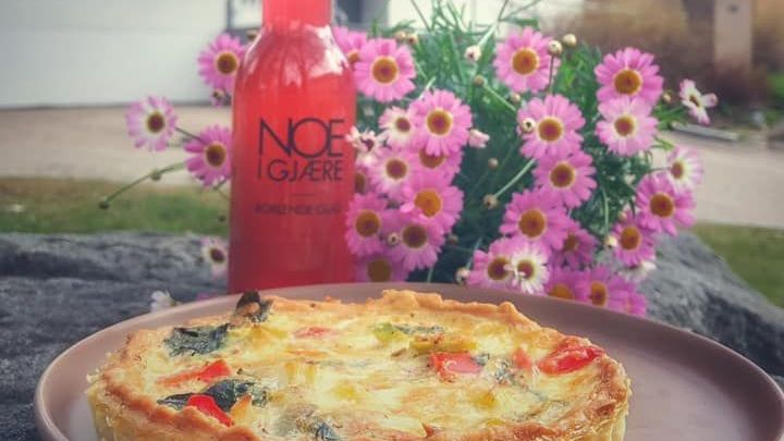 Pai på tallerken med flaske fra Noe i Gjære ved siden av