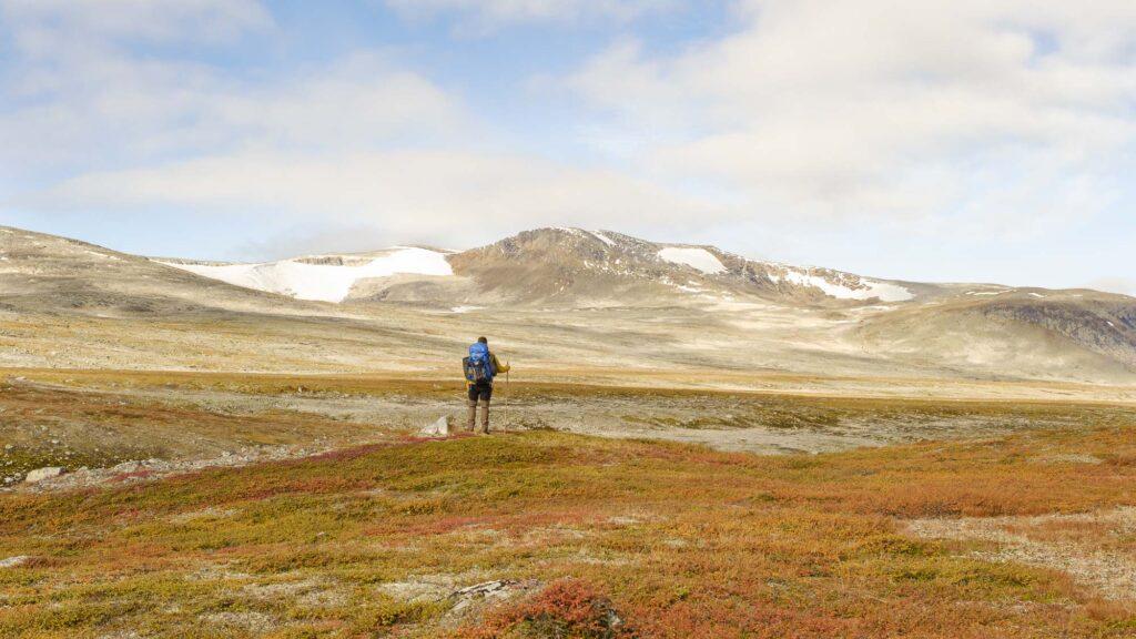 Namnlausdalen i Saltfjellet med utsikt til Semskfjellet